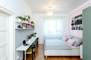 Ložnice rodičů je světlá, vkombinaci bílé, šedé alila anad postelí jsou opět černobílé fotografie.
