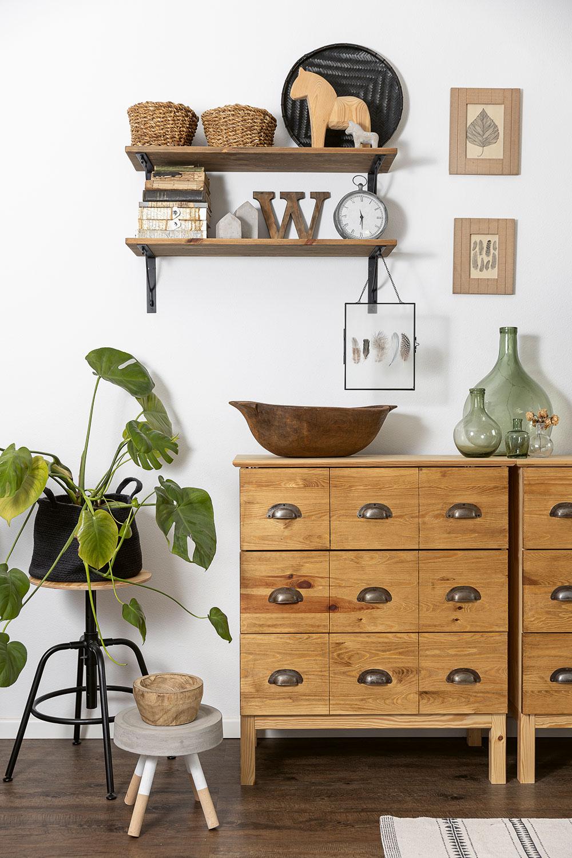 """Nový život pro starý nábytek. Většina nábytku se zbytu stěhovala do domu spolu smajiteli – mnohé kusy byly zIkey amnohým Danka změnila vzhled. """"Líbí se mi styl tohoto nábytku ataké to, že jsou to jednoduché věci, často ze dřeva azpřírodních materiálů, které si můžete isami upravit. Nejsou finančně náročné, takže vám není líto je trochu dotvořit. Člověk má pak takový svůj originál."""" FOTO MIRO POCHYBA"""