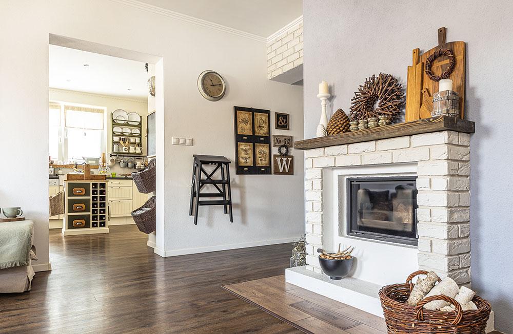 Obývací pokoj akuchyň jsou samostatné místnosti, ale neoddělují je dveře – je to praktický kompromis mezi oddělenou klasikou amoderním otevřeným prostorem. FOTO MIRO POCHYBA