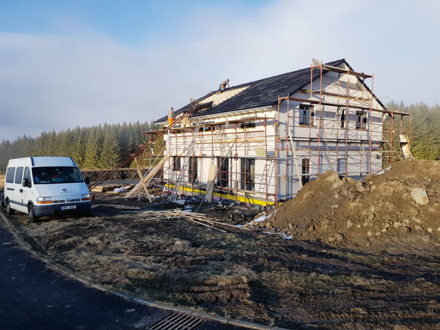 stavba domu, lešení na dome