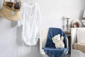 Pokoj pro hosty je laděn do bílo-modra