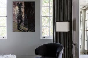 pohodlné křeslo v ložnici