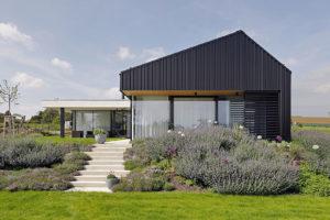 Inteligentní moderní dům se sjednocenou fasádou a střechou