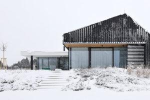 Inteligentní moderní dům se sjednocenou fasádou a střechou v zime