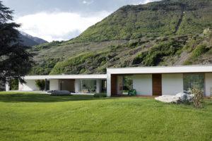 Jednopodlažní dům s trávnikem