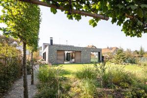 Nenápadný dům, který ukrývá působivá řešení