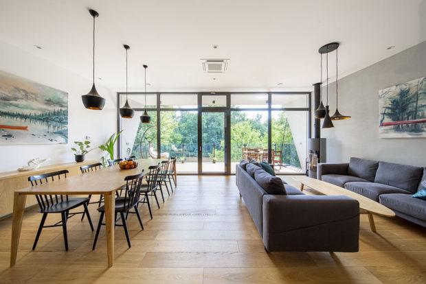 obývak s modrou sedicí soupravou