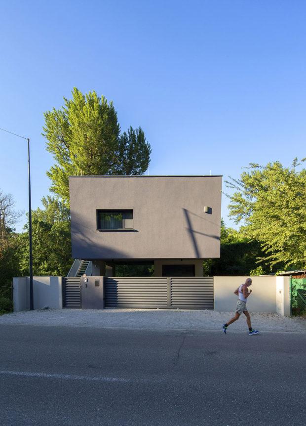 Strohá čtvercová fasáda s jedním oknem dokonal