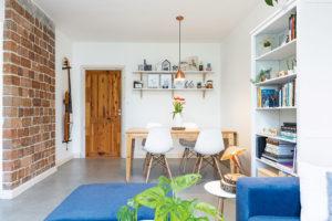ODKAZY MINULOSTI. Najdete je vcelém bytě; vobývacím pokoji ve formě původní předsazené zděné stěny, za kterou byl kdysi komín. FOTO MIRO POCHYBA