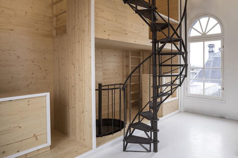 Ve věži s výhledem na město se ukrývá jedinečné řešení minimalistického bydlení