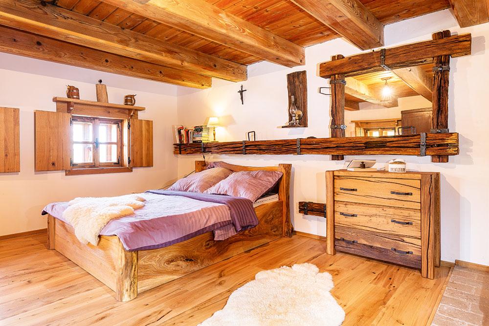 Dřevo použité na výrobu nábytku, včetně kuchyně, je staré – dubové. Sice plné chyb aprasklin, ale oto krásnější. FOTO MIRO POCHYBA