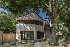 Snaha o zachování starých stromů na pozemku vyústila do nepravidelného tvaru domu