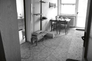 předtím PŮVODNÍ STAV. Vkuchyni majitelé změnili původní polohu okna abalkónových dveří tak, aby měli delší pracovní desku.