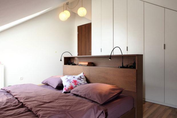 Za postel jsme umístili kombinovaný peřiňák s nočním stolkem, který zároveň vytváří záhlaví postele