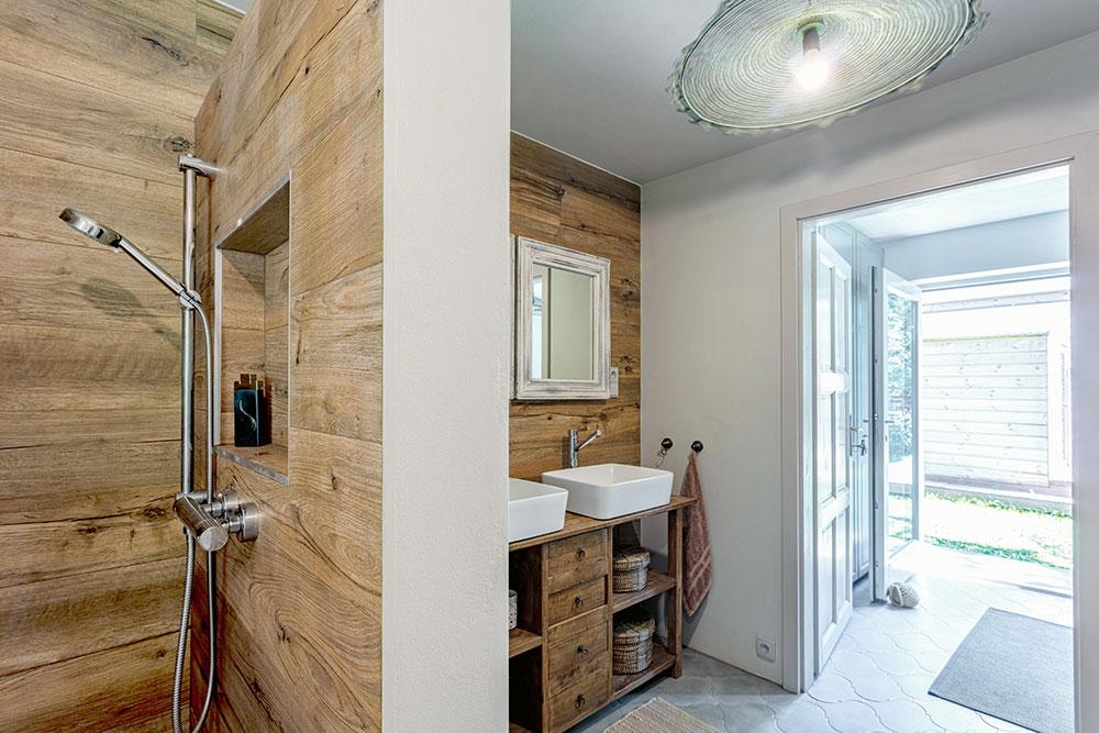 Dekor dřeva na obkladech ve sprše atýkový nábytek odpovídají celkovému ladění interiéru. FOTO JIŘÍ HURT