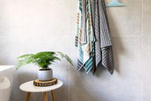VELKOFORMÁTOVÉ OBKLADY svelikostí 90 × 90 cm jsou nejen na podlaze, ale ina stěnách