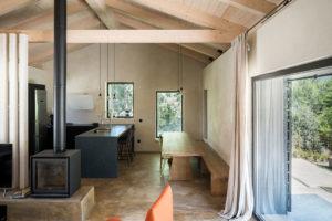 obývací časť domu s krbem