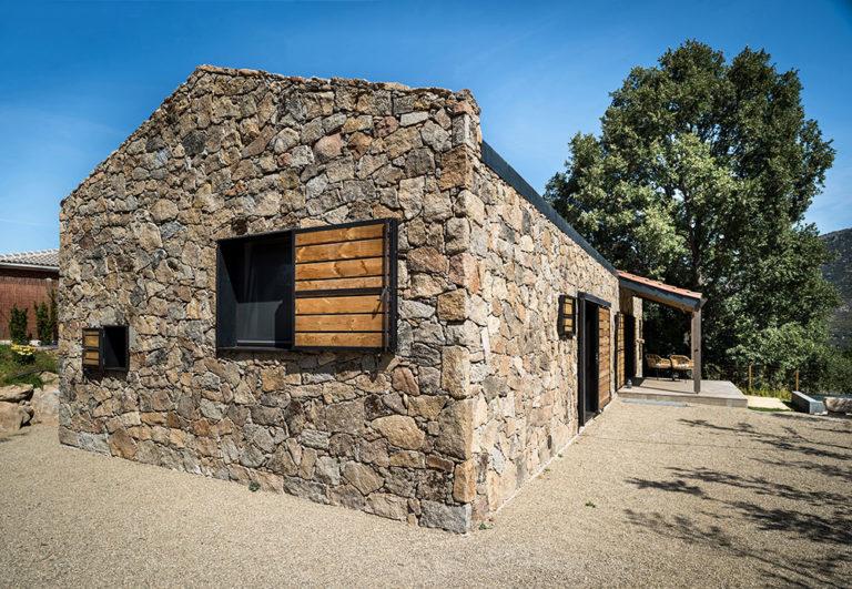 Z materiálu opuštěných budov postavili nádherné bydlení