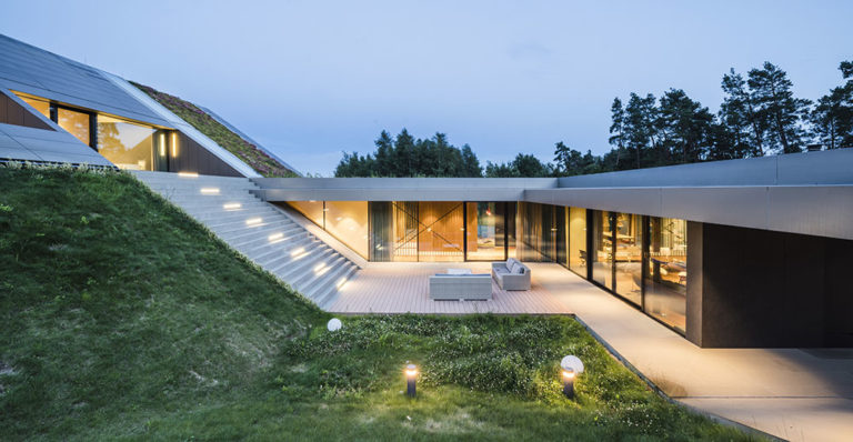 Absolutní soukromí? Rozsáhlý dům na samotě se ukrývá pod zelenou střechou