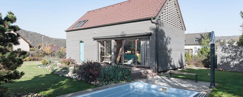 Moderní nízkoenergetický dům na venkově zachránili a zvelebili až druzí majitelé