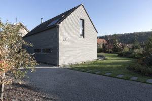moderní venkovský dům a sedlovou střechu