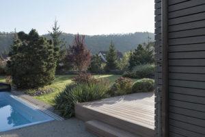 výhled na bazén z terasy domu