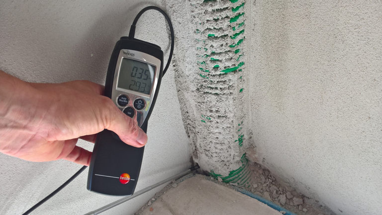 Změření vzduchotěsnosti obálky domu z cihel HELUZ pomocí Blower door testu