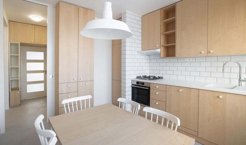 Typický cihlový byt prošel rekonstrukcí a dnes září čistotou a jednoduchostí