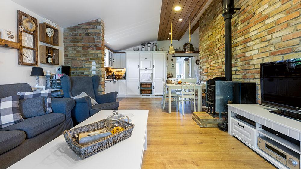 Poctivý venkovský interiér v montovaném domě postaveném za 4 dny!