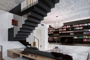 Obývací pokoj zabírá největší prostor. Schody ho opticky předělují na dvě části.