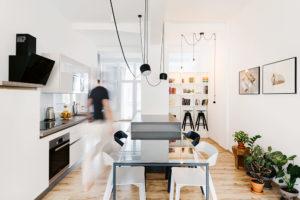 Kuchyně, jídelna aobývací pokoj jsou spojeny vjeden celek.