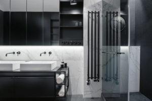 Vkoupelně taktéž dominuje kontrast černé abílé barvy, kterou opticky zjemňuje použití mramoru.