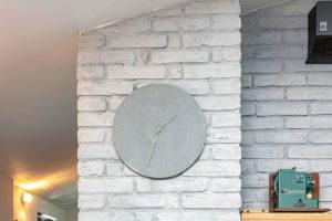 Bíle natřená cihlová stěna je zpálených cihel.