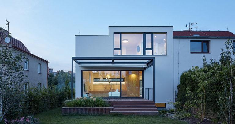 Jak doplnit chybějící část dvojdomu, aby vzniklo příjemné bydlení pro čtyři