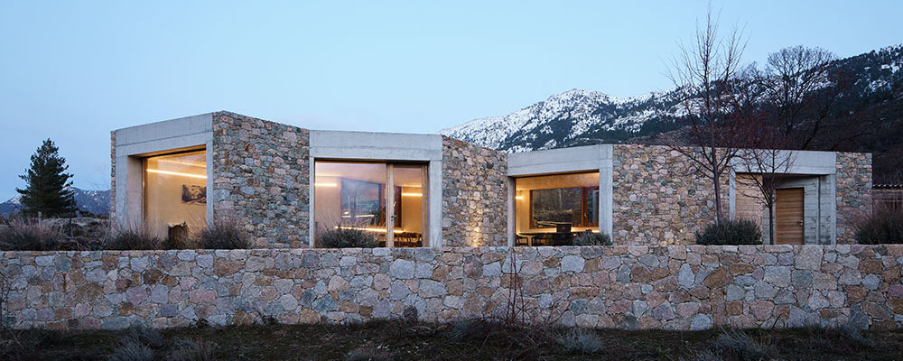 Moderní bydlení z kamene a betonu v krásném prostředí hor