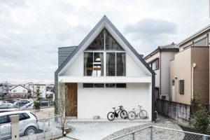 Neobvyklý rodinný dům s lezeckou stěnou a skrytou koupelnou