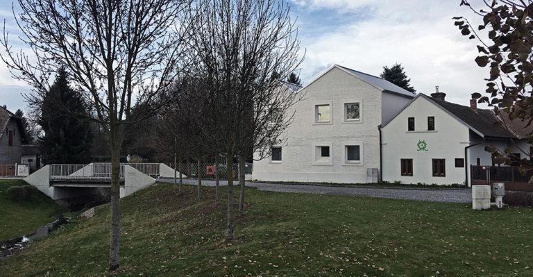 Velký dům rušil prostředí vesnice – zmenšili ho a udělali z něj dva