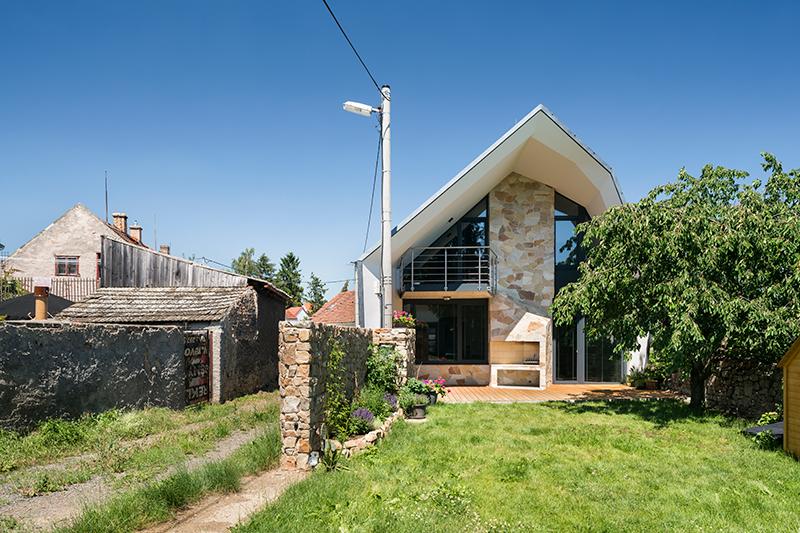 Obnovený dům odkazuje na původní lidovou architekturu