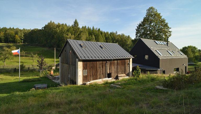 Jak navázal moderní černý dům na původní hospodářský dvůr