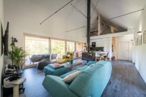 Hlavní obytná místnost spojuje prostory kuchyně, jídelny a obývací části