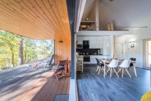 drevena terasa a prechod do domu