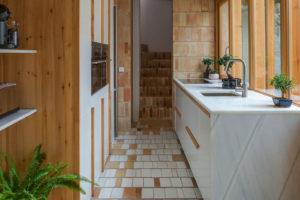 podlaha u kuchyňské linky je použita smaltovaná dlažba