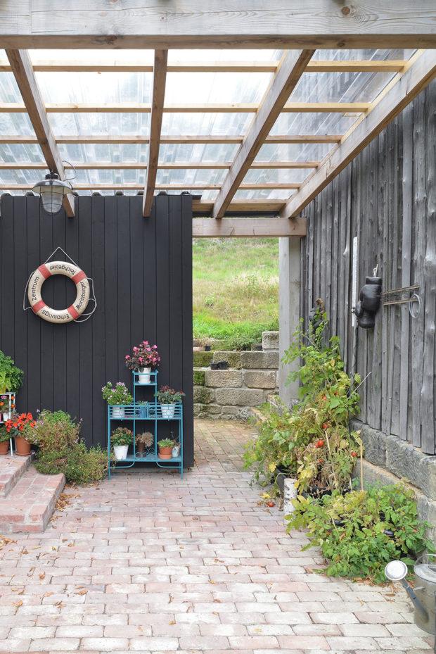 Prostor mezi stodolou a samotným domem architekti zastřešili