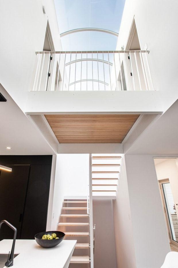 schodiště spojující tři podlaží domu