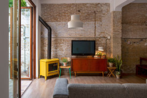 žlutý krb v obývaku