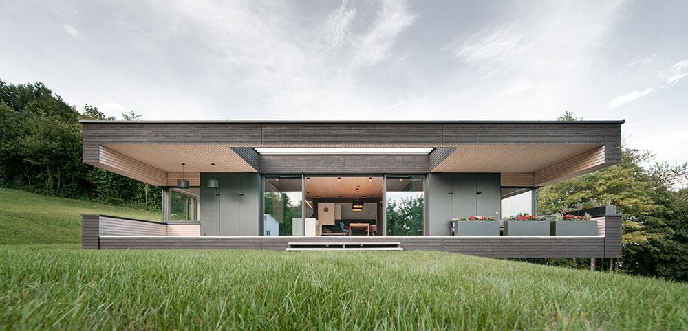 Dřevěný bungalov z prefabrikátů smontovaný na místě