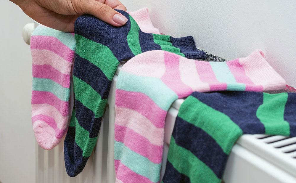 Jak sušit prádlo v zimě? Je sušení na radiátorech správné?
