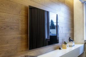 dřevěný obklad stěny za televizí