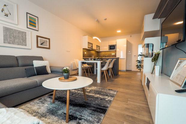 Obývací pokoj je spojený skuchyní ajídelnou.