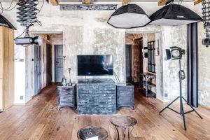 Celý interiér propojuje masivní dubová podlaha